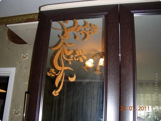 В новую квартиру купили спальный гарнитур. Было скучно, решила приукрасить. На листе ватмана нарисовала  загогулины, вырезала и прочпокала губкой зеркала.