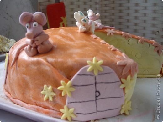 """""""Букет роз"""" Торт был испечен по случаю 8-го марта))на работу мужу в подарок его коллегам))) Рецепт торта (называется """"Молочная девочка"""") можно посмотреть здесь http://stranamasterov.ru/node/155720))  Все цветы из мастики, надпись делана пищевыми фломастерами. Строго не судите подмигиваю это второй торт с использованием мастики)) я еще тока учусь)))смущаюсь буду рада если рецепт или идея украшения вам пригодится  фото 4"""