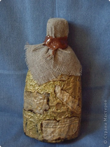 Так сказать творчество творчеством, а подарочки в виде коньяка переодически нужны... И в бутылках я перешла на шпатлевку (уж очень нравится структура), а так все стандартно вплоть до формы бутылки (и ее содержимого). Добавила гипсовую вставочку в виде якорька. фото 4