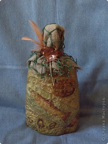 Так сказать творчество творчеством, а подарочки в виде коньяка переодически нужны... И в бутылках я перешла на шпатлевку (уж очень нравится структура), а так все стандартно вплоть до формы бутылки (и ее содержимого). Добавила гипсовую вставочку в виде якорька. фото 1
