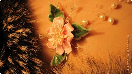 Это колье я делала для своей мамочки на восьмое марта.  В работе я использовала искуственно выращенный  жемчуг, чешский бисер ювелирную леску, ювелирную проволоку и собственно, центр композиции собственно слепленный цветок и листики.  фото 1