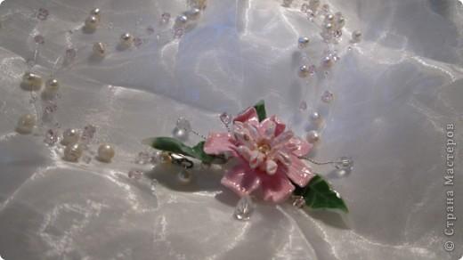 Это колье я делала для своей мамочки на восьмое марта.  В работе я использовала искуственно выращенный  жемчуг, чешский бисер ювелирную леску, ювелирную проволоку и собственно, центр композиции собственно слепленный цветок и листики.  фото 2