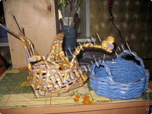 Шкатулка в форме сердечка со съемной крышкой. Основание крышки и дно шкатулки из картона. Декупировала салфеткой, использовала сразу 2 слоя, чтобы рисунок не потерялся на фоне крышки. Тесьмой закрыла шов между картоном и трубочками крышки. фото 5