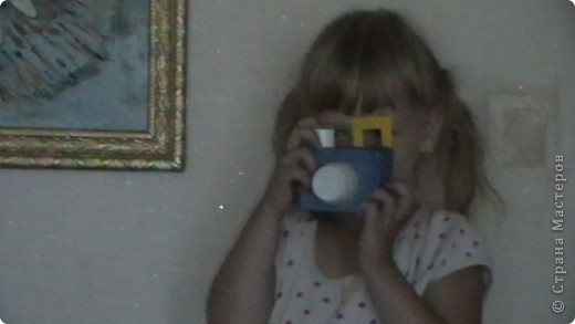 вот такой нелбычный фотоаппрат - коробочка из под сока обклеенная цветной бумагой, спереди приклеена половинка бутылочки (актимель), сверху пробочка от крема и квадратик из цветного картона - всего 5 минут