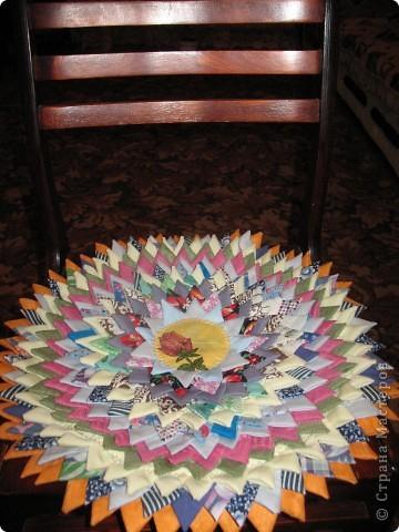вот такой коврик для стула я сшила из квадратных лоскутков фото 3