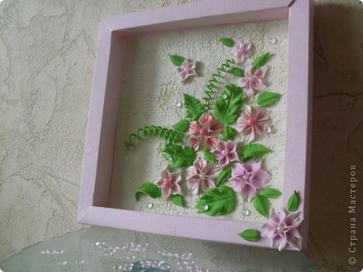 Еще одно панно из пластики, пробывала тонировать цветы пастельными мелками, потом решила сложить букет и приклеить в коробку из под конфет.На мой взгляд получилось летние настроение. фото 2