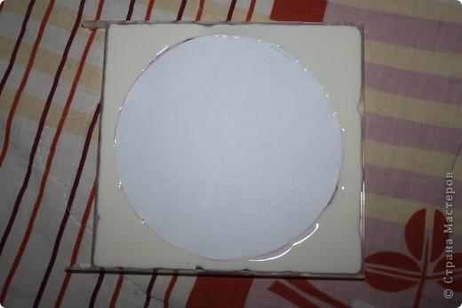 Фоторамка сделана из коробочки из под диска.. Для фоторамки нам понадобится: песок,ракушки,ватные палочки,ватные диски,клей-карандаш,клей ПВА,зубочистки и коробочка из под диска.. фото 2