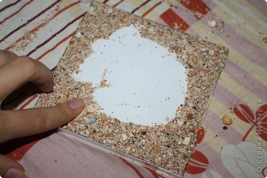 Фоторамка сделана из коробочки из под диска.. Для фоторамки нам понадобится: песок,ракушки,ватные палочки,ватные диски,клей-карандаш,клей ПВА,зубочистки и коробочка из под диска.. фото 4