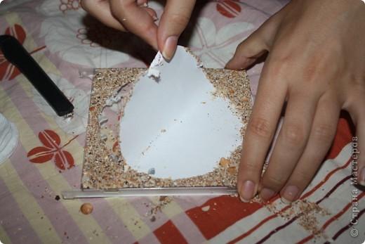 Фоторамка сделана из коробочки из под диска.. Для фоторамки нам понадобится: песок,ракушки,ватные палочки,ватные диски,клей-карандаш,клей ПВА,зубочистки и коробочка из под диска.. фото 6