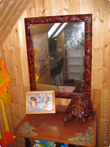 Рамка для старого зеркала ( в комнате ребенка на даче ) из газет фото 1
