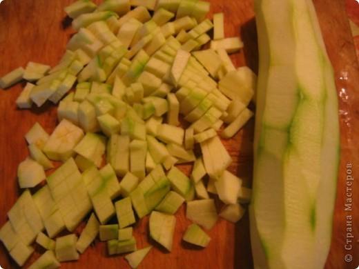 Сейчас сезон кабачков. Овощ очень полезный и вкусный. А что делать, если детки так не считают.  И так попытка приготовить кабачок для детей. Нам потребуются:  1.Кабачки 2-3 шт. 2. Помидоры 2-3шт. 3. Лук 1 шт. 4. Рис 2\3 ст. Кабачок почистить и порезать на брусочки. Сложить в кастрюлю  и поставить на маленький огонь тушиться. фото 1