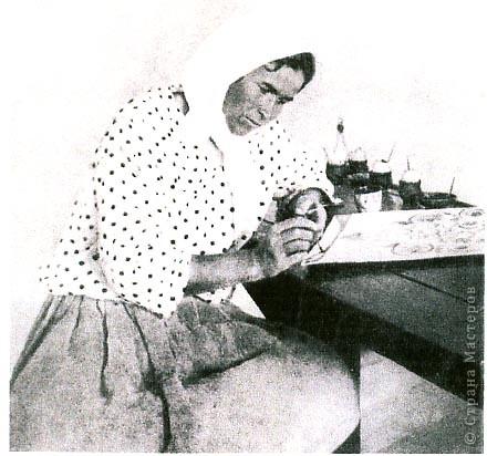 За годы существования центра традиционной петриковской росписи выросло несколько поколений мастеров. В своих кратких заметках мы расскажем о тех из них, кто внес наибольший вклад в формирование и развитие данного вида народного искусства.     Самым известным мастером из числа представителей старшего поколения была Татьяна Акимовна Пата (1884 - 1976). С 14 лет она начала самостоятельно расписывать камины печей, сани, музыкальные инструменты, изготавливать мальовки, панно,  рисованные ковры. В 19 лет она вышла замуж, но через 11 лет, в 1914 году, ее муж погиб на фронте, оставив вдову с 4-мя маленькими детьми. Тяжелая доля досталась художнице :войны, голодоморы, борьба с бедностью.        Но любовь к рисованию, признание ее таланта среди односельчан, а также по всей Украине и за рубежом давали ей силы и вдохновение для дальнейшего творчества. Среди других мастериц старшего поколения манера росписи Татьяны Паты отличалась живописностью, новациями, поэтичностью в создании образов растительных композиций.      Ниже помещен фрагмент ее работы. фото 2