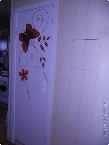 Здравствуйте! Рада, что зашли ко мне в гости! Как и у  многих, у нас не доходят руки до кап. ремонта, а именно замены уже древних дверей. Но как-то облагородить их все-таки хочется. Не долго думая, я разрисовала их акриловыми красками. Хуже в любом случае не стало :о) фото 3