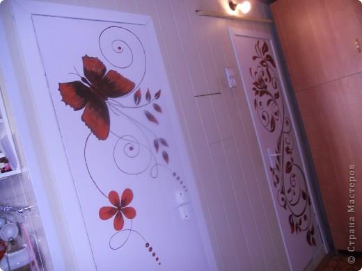 Здравствуйте! Рада, что зашли ко мне в гости! Как и у  многих, у нас не доходят руки до кап. ремонта, а именно замены уже древних дверей. Но как-то облагородить их все-таки хочется. Не долго думая, я разрисовала их акриловыми красками. Хуже в любом случае не стало :о) фото 4