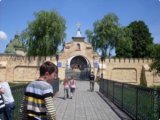 Так почалась наша прогулянка у Берестечко. На фотографії зображений міст і мур. За ним розташовані 2 церкви і музей.   фото 1