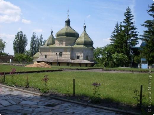 Так почалась наша прогулянка у Берестечко. На фотографії зображений міст і мур. За ним розташовані 2 церкви і музей.   фото 5
