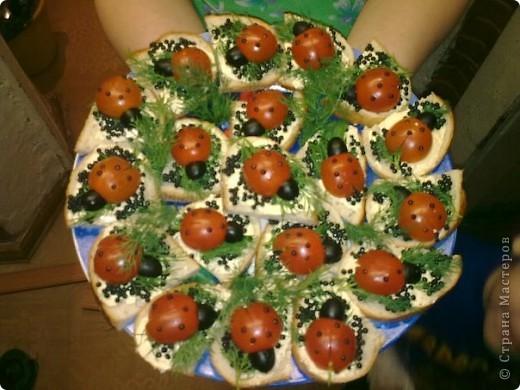 на любой бутерброд положить зелень а сверху божью коровку: половинку маленькой помидоры (сделать маленький надрезик,чтоб выглядело как крылышки),головка из половинки маслины,точки на спинке из икринок фото 1