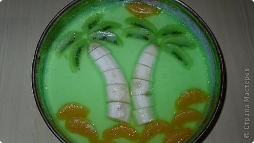 на любой бутерброд положить зелень а сверху божью коровку: половинку маленькой помидоры (сделать маленький надрезик,чтоб выглядело как крылышки),головка из половинки маслины,точки на спинке из икринок фото 4