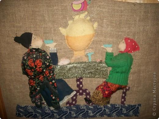 Давным давно делала эту работу,ещё будучи школьницей.Она уже старенькая,но мама так её любит,что ни за что не даёт снять со стены на кухне!)))Так они и пьют с нами чай уже много лет...)))