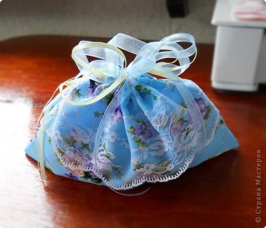 .. помните голубой топ? остался после него небольшой кусочек , вот и появилась эта милая мелочь :)  можно использовать как косметичку (весит практически ничего, легко помещается в сумочке), можно как упаковку подарка, а можно ,поменяв размеры, как сумочку невесты фото 1