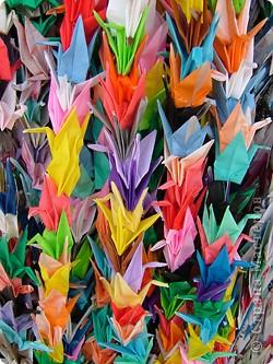На протяжении всего нескольких поколений искусство оригами стало традицией, прочно вошедшей в культурную жизнь древней Японии. В эпоху Хейя (794-1185) оригами стало существенной частью церемоний, принятых среди высшего японского общества.  фото 1