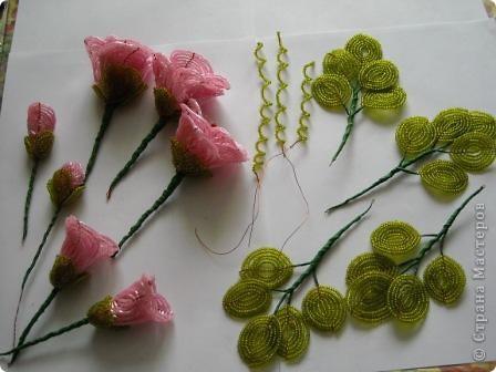 Сегодня будем делать вот такие цветы.Сразу предупреждаю,идея не моя, увидела подобное чудо на бисерном форуме радуга рукоделия.Правда там немного другие листики и вообще красотища....неописуемая.Вдохновилась там. фото 20