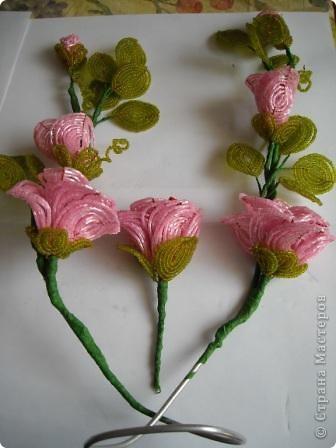 Сегодня будем делать вот такие цветы.Сразу предупреждаю,идея не моя, увидела подобное чудо на бисерном форуме радуга рукоделия.Правда там немного другие листики и вообще красотища....неописуемая.Вдохновилась там. фото 25