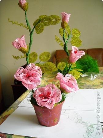 Сегодня будем делать вот такие цветы.Сразу предупреждаю,идея не моя, увидела подобное чудо на бисерном форуме радуга рукоделия.Правда там немного другие листики и вообще красотища....неописуемая.Вдохновилась там. фото 35