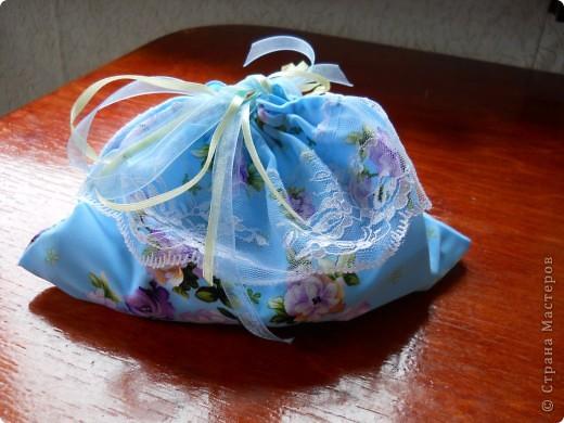 .. помните голубой топ? остался после него небольшой кусочек , вот и появилась эта милая мелочь :)  можно использовать как косметичку (весит практически ничего, легко помещается в сумочке), можно как упаковку подарка, а можно ,поменяв размеры, как сумочку невесты фото 13