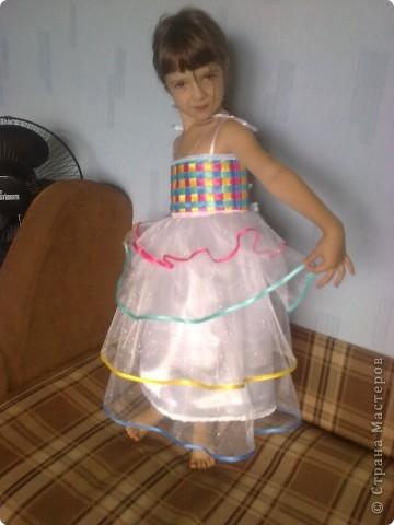 На день рождения дочери, которой исполнялось 5 лет, я захотела сшить платье! Весёлое, яркое, чтобы ей нравилось и она чувствовала себя принцессой. Просмотрев кучу сайтов, нашла фото платья, которое захотелось, но описания, как делать не было. Пришлось подключать все свои таланты и мудрить самой. Кстати, о шитье имею представление на уровне первоклашки... фото 24