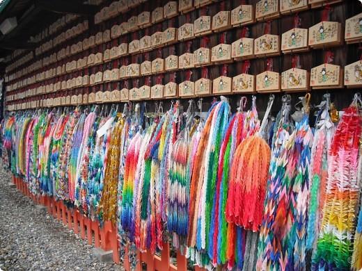 На протяжении всего нескольких поколений искусство оригами стало традицией, прочно вошедшей в культурную жизнь древней Японии. В эпоху Хейя (794-1185) оригами стало существенной частью церемоний, принятых среди высшего японского общества.  фото 2