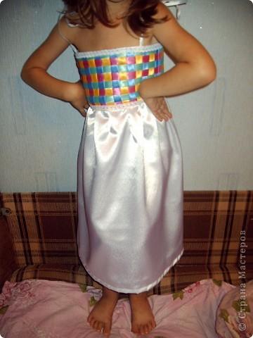 На день рождения дочери, которой исполнялось 5 лет, я захотела сшить платье! Весёлое, яркое, чтобы ей нравилось и она чувствовала себя принцессой. Просмотрев кучу сайтов, нашла фото платья, которое захотелось, но описания, как делать не было. Пришлось подключать все свои таланты и мудрить самой. Кстати, о шитье имею представление на уровне первоклашки... фото 19