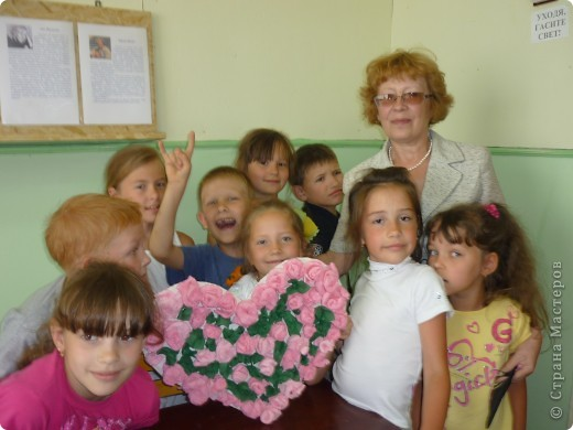 На летней площадке в школе №9! Розы из гофрированной бумаге. фото 2