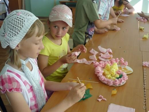 На летней площадке в школе №9! Розы из гофрированной бумаге. фото 5