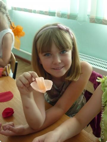 На летней площадке в школе №9! Розы из гофрированной бумаге. фото 8