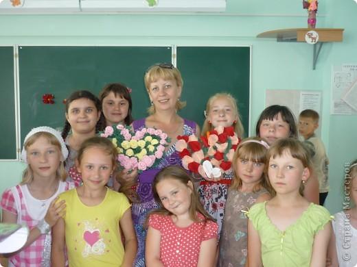 На летней площадке в школе №9! Розы из гофрированной бумаге. фото 1