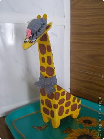 Туловище жирафа-коробка от подставки под телефон,она открывается,правда на фотографии этого не видно.В такой шкатулке удобно хранить  материалы для рукоделия.Шляпка может использоваться как игольница, внутри неё поролон. Шея и голова из картона, ноги из пенопласта.