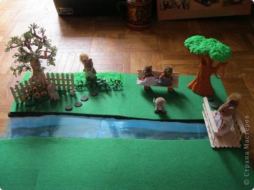 Дерево из бисера, белочка на дереве из киндера, (собачка тоже), цветы - пуговицы. фото 5