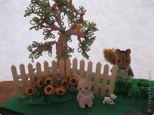 Дерево из бисера, белочка на дереве из киндера, (собачка тоже), цветы - пуговицы. фото 1