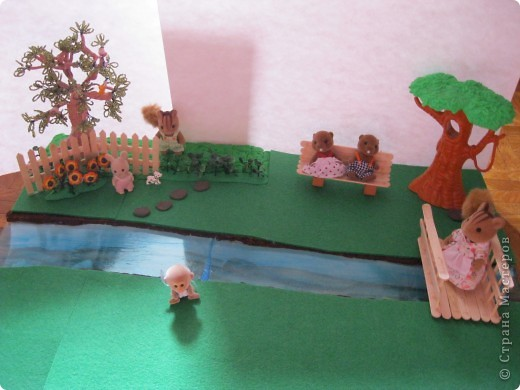 Дерево из бисера, белочка на дереве из киндера, (собачка тоже), цветы - пуговицы. фото 2