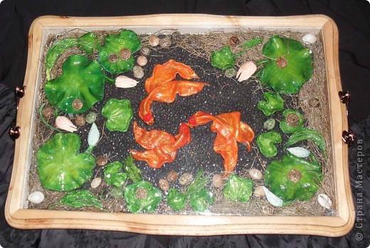 Интерьерный поднос-запруда с золотыми рыбками фото 1