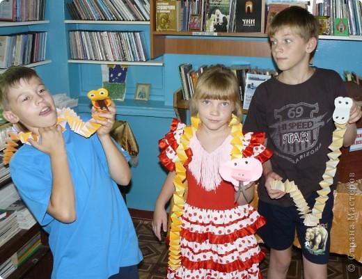Сделали с ребятами змеек , дети были просто в восторге,сразуже стали играть.Вы видите Ромку змея уже пытаеться задушить,но всё кончилось хорошо.Мерили у кого змея длиннее ,у кого страшнее,все остались довольны! фото 1