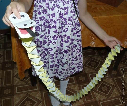 Сделали с ребятами змеек , дети были просто в восторге,сразуже стали играть.Вы видите Ромку змея уже пытаеться задушить,но всё кончилось хорошо.Мерили у кого змея длиннее ,у кого страшнее,все остались довольны! фото 3