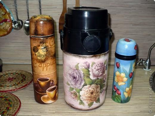 """сначала я задекупажила маленький термос, а потом, что называется """"Остапа понесло""""...теперь, как три богатыря стоят на холодильнике, интерьер украшают  фото 1"""