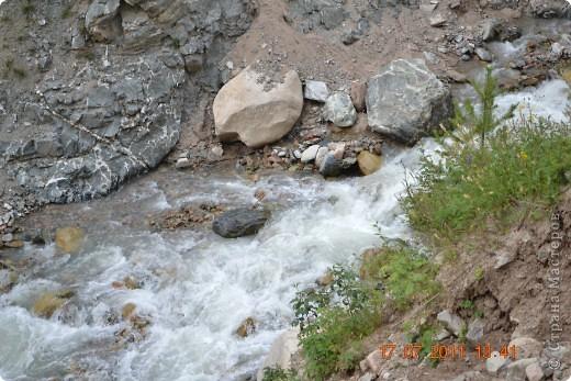 Большое Алматинское озеро (каз. Үлкен Алматы көлі) расположено в ущелье реки Большая Алматинка на высоте 2511 м над уровнем моря, в 28,5 км к югу от Алма-Аты. Лежит во впадине, окружённой со всех сторон горными вершинами.   фото 13