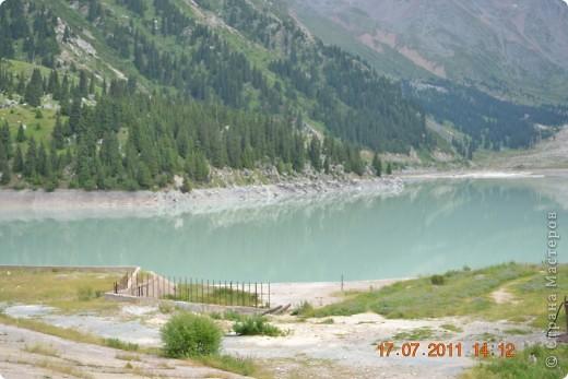 Большое Алматинское озеро (каз. Үлкен Алматы көлі) расположено в ущелье реки Большая Алматинка на высоте 2511 м над уровнем моря, в 28,5 км к югу от Алма-Аты. Лежит во впадине, окружённой со всех сторон горными вершинами.   фото 1