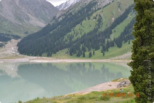 Большое Алматинское озеро (каз. Үлкен Алматы көлі) расположено в ущелье реки Большая Алматинка на высоте 2511 м над уровнем моря, в 28,5 км к югу от Алма-Аты. Лежит во впадине, окружённой со всех сторон горными вершинами.   фото 2