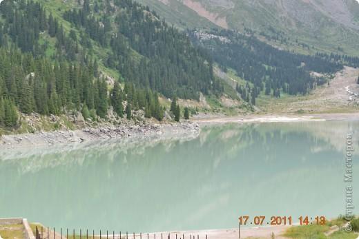 Большое Алматинское озеро (каз. Үлкен Алматы көлі) расположено в ущелье реки Большая Алматинка на высоте 2511 м над уровнем моря, в 28,5 км к югу от Алма-Аты. Лежит во впадине, окружённой со всех сторон горными вершинами.   фото 17