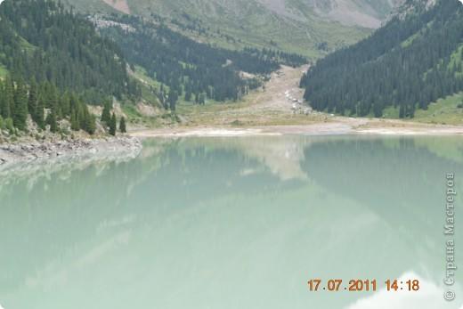 Большое Алматинское озеро (каз. Үлкен Алматы көлі) расположено в ущелье реки Большая Алматинка на высоте 2511 м над уровнем моря, в 28,5 км к югу от Алма-Аты. Лежит во впадине, окружённой со всех сторон горными вершинами.   фото 18