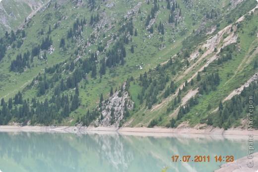Большое Алматинское озеро (каз. Үлкен Алматы көлі) расположено в ущелье реки Большая Алматинка на высоте 2511 м над уровнем моря, в 28,5 км к югу от Алма-Аты. Лежит во впадине, окружённой со всех сторон горными вершинами.   фото 7